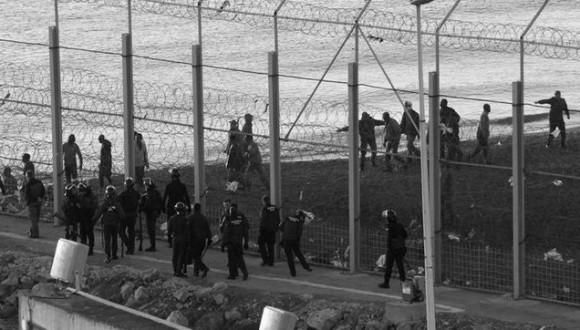 La CE posa en qüestió les devolucions en calent i condemna la violència a la frontera després de les denúncies de l'Esquerra Plural