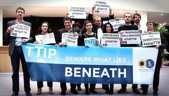 """Ernest Urtasun: """"El TTIP coloca claramente los intereses de las industrias por encima de los pacientes"""" (entrevista)"""